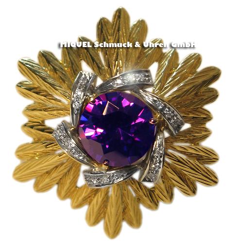 Goldbrosche mit violettem Farbstein und Diamanten